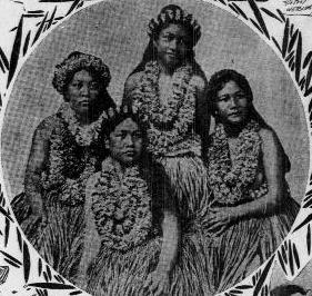 1905 photograph of 4 indigenous Hawaiian women in grass skirts and leis